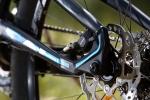 מבחן אופניים corratec 10Hz. זרוע אחורית בפרופיל נמוך. אפשר לראות את התושבת המוגנת של קליפר הבלם האחורי ואת הפרופיל הנקי של הזרוע. נאבה ZZYZX וקסטה של 10 הילוכים.  צילום: תומר פדר