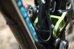 מבחן אופניים corratec 10Hz. מבט מקרוב מגלה מבנה אקצנטרי של זרוע המתלה האחורית. נדנדות התליה באנודייז ירקרק והן רחבות במיוחד ומצויידות בצירים ומיסבים אוברסייז כדי למנוע פיתול. צילום: תומר פדר