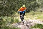 מבחן אופניים corratec 10Hz. משביל פתוח ולבן, לגינת הסלעים - אין צורך לנעול את הבולם ואחרי שתלמדו לתת אמון בתצורה הזו - העסק עובד נהדר ומשרה בטחון רב. צילום: תומר פדר