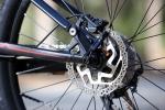 מה עדיף בשטח? גלגלי 29 גדולים או גלגלי 27.5 אופנתיים? שני אופניים זהים של מרידה - אדום עם 27.5, כחול עם 29 אינטש. צילום: תומר פדר