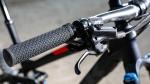 מבחן אופניים Trek Fuel EX 8 2017. איכות דרך קירבה. הסמיכות של מנופי הבלם הפשוטים לשיפטרים XT מטעה ויוצר רושם כאילו מדובר במעצורי XT מעולים...מאכזב. צילום: תומר פדר
