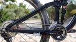 מבחן אופניים Trek Fuel EX 8 2017. מתלה אחורי עם אפשרות לשינוי גיאומטריה דרך פלאח MINO קטן. נותר אקטיבי תחת בלימה ומשלב נוחות עם ספיגה טובה של נחיתות מגובה. צילום: תומר פדר