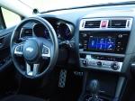 מבחן רכב סובארו B4. תא הנהג והנוסעים הוא קפיצת דרך משמעותית במובנים של איכות. תפעול המולטימדיה אינטואיטיבי וכיסוי הזכוכית מבריק. גלגל ההגה עם יותר מדי מיתוג עליו. צילום: רוני נאק