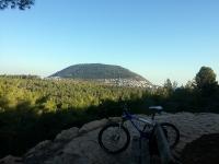 """טיול אופניים סינגל בית קשת. סינגל משולב שבילים הנושק לקשת הגדולה של הר תבור. רכיבת אופניים מאתגרת בנוף ייחודי של אלונים ויער קק""""ל נטוע לצד אתרים ארכיאולוגיים מעניינים. צילום: רוני נאק"""