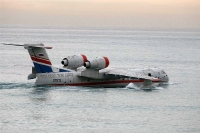 מטוס כיבוי ברייב BE200 מדגים מול חוף מנדרין -הזווית מראה היטב את שני המנועים בעלי הדחף המשולב של 15 טונות צילום פז בר