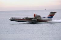 מטוס כיבוי ברייב BE200 מדגים מול חוף מנדרין -14 שניות למילוי 12 טונות מים. 40 מיליון דולר ליחידה צילום פז בר