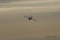 מטוס כיבוי ברייב BE200 מדגים מול חוף מנדרין -מהירות גבוהה מאפשרת להגיע למקורות מים מרוחקים עם צוות של שניים בלבד צילום פז בר