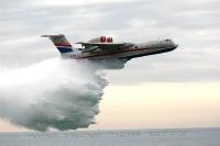מטוס כיבוי ברייב BE200 מדגים מול חוף מנדרין -פיזור המים אפשרי בבת אחת או במקטעים צילום פז בר