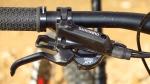 מבחן אופניים מרידה ביג טרייל 800. שיפטר שימאנו XT פוקד על מעביר אחורי SLX שיהיה פחות כואב להחליף אם יישבר בשטח. מעצורי שימאנו בסיסיים לא הכי חזקים ונעדרי כיוון. צילום: רוני נאק
