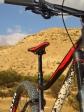 מבחן אופניים מרידה ביג טרייל 800. מוט אוכף הידראולי של מרידה מעולה! בתפקוד ובתפעול. השלדה פשוטה למראה אך חסונה מאד ומסתירה פיצ'רים עדכניים רבים. צילום: רוני נאק
