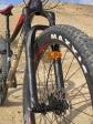 """מבחן אופניים מרידה ביג טרייל 800. מזלג רוקשוקס YARI מספק 130 מ""""מ של מהלך ועושה זאת נהדר - תחליף ראוי ל-PIKE היקר. צירי גלגל רחבים - BOOST - מוסיפים לקשיחות. צילום: רוני נאק"""