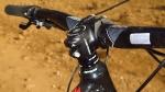 מבחן אופניים מרידה ביג טרייל 800. איבוזר מקורי טוב למדי. כידון רחב וסטם קצר ממותג הבית יוצרים קוקפיט מרווח ואיכותי - ההשפעה של השניים על זריזות ההיגוי מורגשת. צילום: רוני נאק