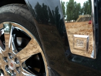 קאדילק SRX במבחן שטח. לוגו GM מעט מבאס על הכנף של הקאדילק צילום: פז בר