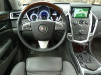 קאדילק SRX במבחן שטח. סביבת הנהג עשירה במידע ואיבזור. מסך המולטימדיה מתרומם בעת ההתנעה צילום: פז בר