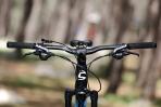 מבחן אופניים cannondale trigger 4. קוקפיט מרווח ומסודר נקי - הכידון הרחב בדיוק ברוחב הנכון עבורי - איבזור היקפי ממותג קנונדייל. צילום: תומר פדר