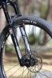 """מבחן אופניים cannondale trigger 4. מזלג רוקשוקס REVELATION עם 130 מ""""מ מהלך, קפיץ אוויר, נעילה ושיכוך החזרה. תחליף ראוי למקביל מ-FOX והצליח - שוב - להרשים אותנו. צילום: תומר פדר"""