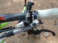 מבחן אופני הרים, קנונדייל ג\'אקיל 2012. קוקפיט עמוס עם מנוף בלם בר-כיוון, שיפטרים למעבירי שימאנו XTR, ומנוף השליטה למוט-מושב הידראולי של רוקשוק צילום: פז בר