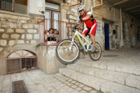 """מבחן אופני הרים, קנונדייל ג\'אקיל 2012. עף רחוק נוחת ברכות. צריך לנסות את זה כדי להבין עד כמה טובים הבולמים של FOX במצבים כאלו. הגלגלים המחוזקים של \""""פקטורי 9\"""" נוסכים בטחון שהכלי יעמוד בנחיתה על משטח האבן הקשה. צילום: פז בר"""