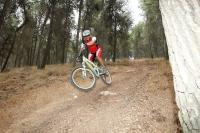 מבחן אופני הרים, קנונדייל ג\'אקיל 2012. בסינגל ביריה טיסה במורד היא בהחלט חוויה מומלצת כאן. השליטה בריחוף מצויינת והנחיתה - שוב בזכות הFOX - רכה. צילום: פז בר