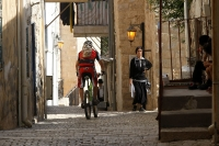 מבחן אופני הרים, קנונדייל ג\'אקיל 2012. בישיבה או עמידה, תנוחת הרכיבה טבעית מאד ומזמינה לדבר שובבות. דוושות המשלבות קליטים ופאלטים (משימאנו XTR כמובן) נוחות מאד ומפזרות את המשקל הרוכב היטב. צילום: פז בר