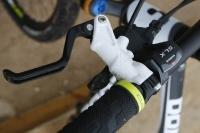 אופני הרים במבחן שטח. מנוף המעצורים של פורמולה בעל תנועה ארוכה לפני תחילת העבודה ואילו השיפטרים של שימאנו SLX - לא מבריקים. צילום: פז בר