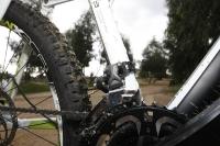 אופני הרים במבחן שטח. הקיוב 130 AMS מגלה עקב אכילס בקיט האביזרים שנבחן - מעביר קדמי שימאנו SLX שלא מבריק. צילום: פז בר