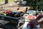 ארוחת צהריים טעימה, מנחמת וקלה להכנה בשטח: קבב רומני, רוטב שום, סלט חצילים ופלפלים קלויים, לחם תירס וסלט ירקות. דניאל זך מבשל את השטח. צילום: תומר פדר