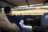 מבחן רכב לנד רובר דיפנדר 110. קיפול החלון הקדמי על מכסה המנוע פותח בפני הג\'יפאי המסוקס, עולם חדש ומלהיב. כל ג\'יפאי חייב לחוות לפחות פעם אחת, נהיגה ברכב נטול שמשה! צילום: רמי גלבוע