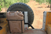 מבחן רכב לנד רובר דיפנדר 110. מיכל המים מורכב על הדלת האחורית הנפתחת כלפי חוץ, כדי לאפשר שימוש נוח. יורמי דוחס אוויר אל המכל, כדי לקבל זרם מים רציני צילום: רמי גלבוע