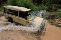 מבחן רכב לנד רובר דיפנדר 110. בלי תקרה או חלונות גם מעבר מיםקטן כזה יכול הרטיב אתכם. תענוג. צילום: רמי גלבוע