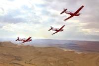 מטוס עפרוני בטיסת מבנה מעל מקום מוכר... צילום: דו