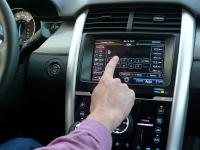 פורד אדג\' 2011 במבחן שטח. מסך מגע גדול הוא רק חלק ממשקי הנהג-מכונית יש גם הפעלה קולים ושני ג\'ויסטיקים על גלגל ההגה צילום פז בר