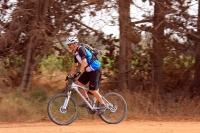 מבחן אופניים Ghost ASX4900. אופני כניסה עם שיכוך מלא. דיווש בעמידה חושף את הצורך של נעילות המתלים - ויש כאלו. צילום: רמי גלבוע