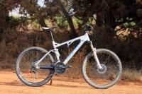 מבחן אופניים Ghost ASX4900. אופני כניסה עם שיכוך מלא. מרחוק קשה לראות שמדובר באופניים בסיסים עם רמת הרכיבים המיניאלית הדרושה לרכיבת שטח אמיתית. צילום: רמי גלבוע