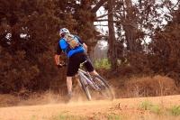 מבחן אופניים Ghost ASX4900. אופני כניסה עם שיכוך מלא. נוסכי בטחון בהחלקה, אם יזום - כמו בצילום - או בשל פני השטח המשתנים. צילום: רמי גלבוע