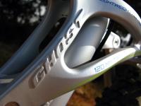 מבחן אופניים Ghost ASX4900. אופני כניסה עם שיכוך מלא. נדנת המתלה האחורי חושפת כי מדובר בחלקים יצוקים ולא מכורסמים - איכות היצור הכללית של השלדה טובה מאד. צילום: רוני נאק