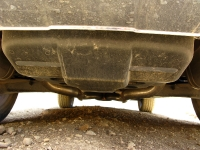 """מבחן רכב מרצדס GLK. הצצה לגחון - המונמך ב-2 ס\""""מ של רכב המבחן - מגלה חיפויים אירודינאמיים. השלדה אגב מ-C קלאס. צילום: רוני נאק"""