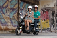 מבחן דרכים קטנוע חשמלי GMI RUNNER. עם שני רוכבים הטווח יתקצר כמעה. הביצועים כמעט שלא נפגעים. צילום: פז בר