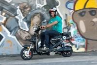 """מבחן דרכים קטנוע חשמלי GMI RUNNER. שני כ\""""ס לא יעיפו לך את האיפור - אבל הם מספיקים לתאוצה חזקה מהרמזור ומהירות מירבית של 70 קמ\""""ש. צילום: פז בר"""