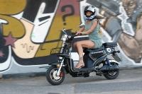 מבחן דרכים קטנוע חשמלי GMI RUNNER. ללא מנוע בעירה פנימית שיוצר רעש וחום אפשר להתענג על הבריזה שתצנן אותנו בימים החמים. ויש יתרונות לציי רכב אבל זה כבר נושא אחר. צילום: פז בר
