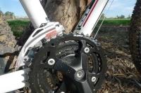 מבחן אופניים GT Avalanche 4.0. מעבירי הילוכים בסיסיים למדי shimano altus מדלג בין פלטות וקראנק סאן-טור צילום: פז בר