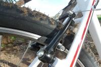 מבחן אופניים GT Avalanche 4.0. מעצורי V-ברייק של tektro, מספקים עוצמת בלימה חזקה אבל נדרש פרק הסתגלות לגמישות הכבלים ועמימות המינון. צילום: פז בר