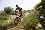 מבחן אופניים gt force exper. אביעד יזראלי בזמן אוויר...יכולת הספיגה של המתלים, בסיס הגלגלים הארוך וזווית ההיגוי השטוחה מקנים בטחון רב כמעט בכל דרגות השפיות. צילום: תומר פדר