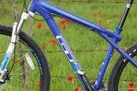 מבחן אופניים GT KARAKORAM. מבט פתוח יותר אפשר לראות את החוסן של תצורת שלושת המשולשים של אופני GT צילום: פז בר