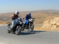 האם הונדה אינטגרה הוא קטנוע או אופנוע? לקחנו אופנוע ב.מ.וו F800GS לרכיבת מבחן. הגענו עד הרודיון לתהות על קנקנם. צילום: פז בר