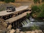 טיול שטח עם מיצובישי אאוטלנדר. גשר הדודות. חולצים את הפקק במסלול טיול רטוב בין ראש פינה, לקיבוץ שמיר. צילום: רוני נאק