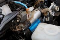 מיצובישי האנטר משופר גתוס במבחן דרכים. מדחס האוויר של ARB - לנעילת הדיפ\' - מותקן בתא המנוע. צילום: פז בר