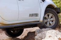 מיצובישי האנטר משופר גתוס במבחן דרכים. מלהך מתלה ארוך ומיגון סף שמסוגל לתמוך במשקל הטנדר. צילום: פז בר
