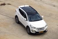 מבחן דרכים יונדאי סנטה פה 2013. יונדאי חוזרת לשטח עם דגם חדש לרכב הפנאי. חלון פנוראמי ענקי, נפתח עד חציו ועוד איבזור רב ומולטימדיה מקומית. צילום: פז בר