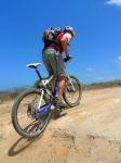 מבחן אופניים אידאל VSR קומפ. אחיזה וקשר עם הקרקע. בטיפוס חולי ודל אחיזה - כמו בצילום - המתלה האחורי והצמיגים המצויינים נושכים יפה בקרקע. צילום: פז בר
